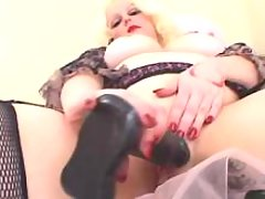Crummy whore enjoys dildo