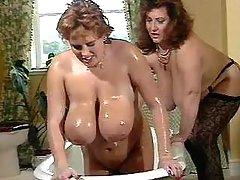 Megabusty chubby babes play in bath